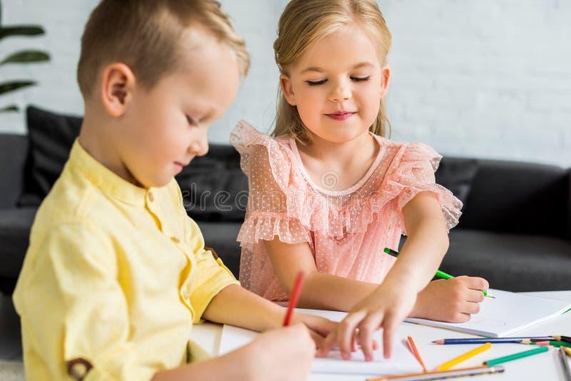 λατρευτοί αμφιθαλείς που σύρουν με τα χρωματισμένα μολύβια στοκ φωτογραφίες