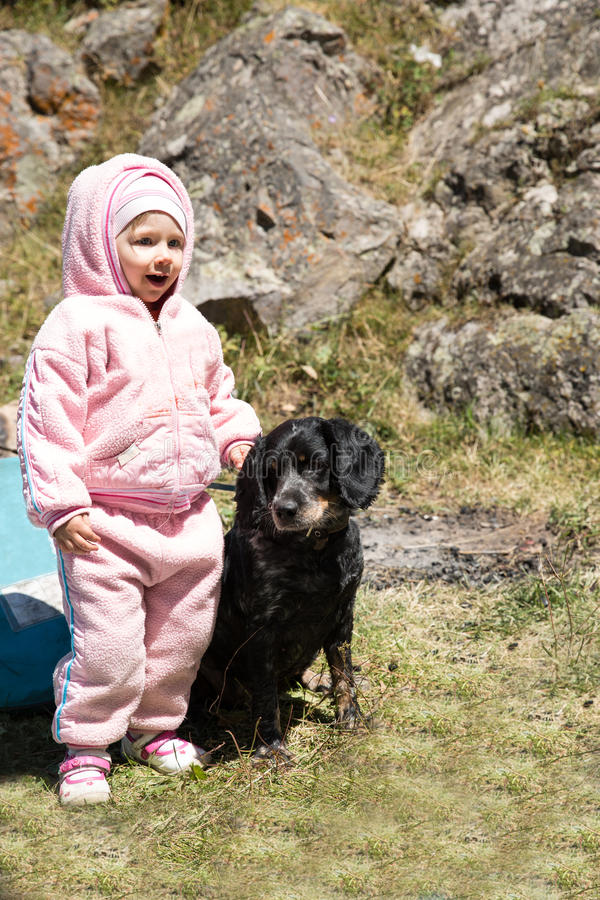 Λατρευτός λίγο κορίτσι παιδιών που παίζει με το σκυλί κατοικίδιων ζώων υπαίθριο στο πάρκο Υπόβαθρο θερινής πράσινο φύσης στοκ εικόνες