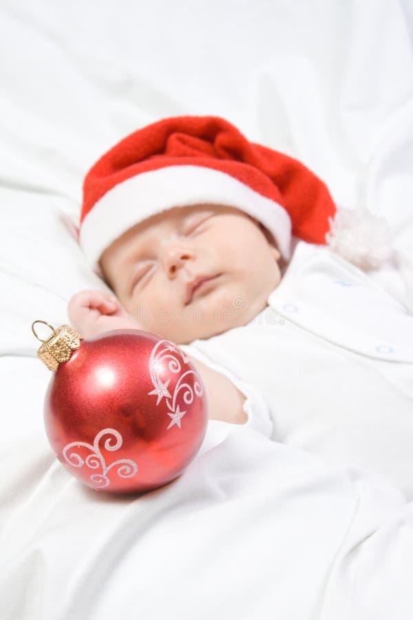 Λατρευτός ύπνος αγοράκι στο καπέλο Χριστουγέννων στοκ εικόνα