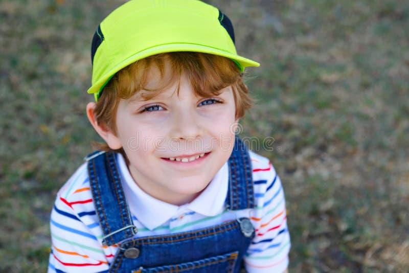 Λατρευτό ενεργό αγόρι παιδάκι που έχει τη διασκέδαση στην παραλία του Μαϊάμι, βασικό Biscayne Ευτυχής χαριτωμένη χαλάρωση, παιχνί στοκ εικόνες