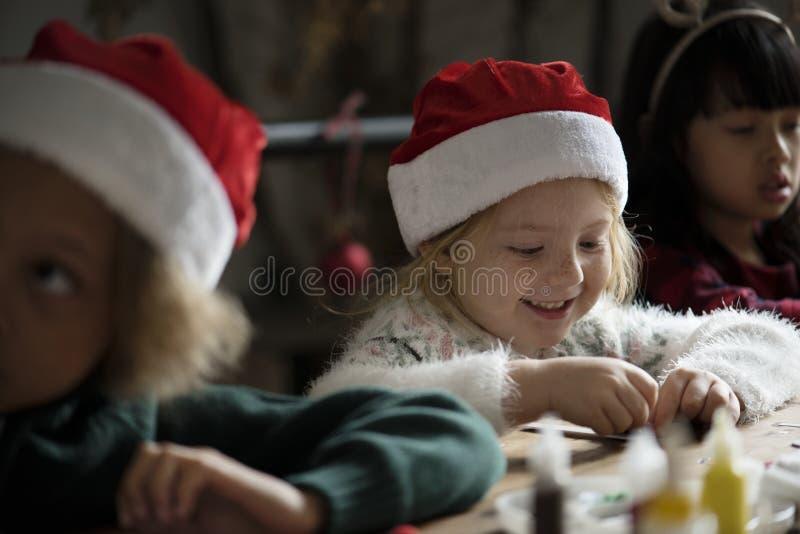Λατρευτό εύθυμο μικρό κορίτσι που φορά ένα καπέλο santa στοκ φωτογραφία με δικαίωμα ελεύθερης χρήσης