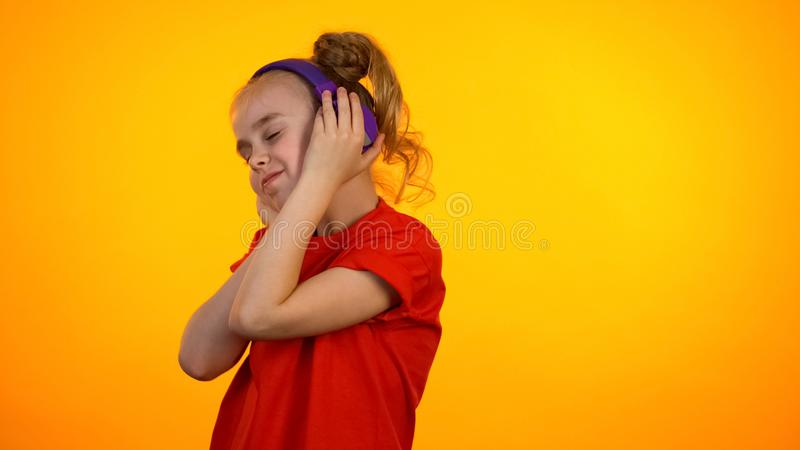 Λατρευτό κορίτσι εφήβων που ακούει το αγαπημένο τραγούδι στα ακουστικά και που χορεύει, χόμπι στοκ φωτογραφίες με δικαίωμα ελεύθερης χρήσης