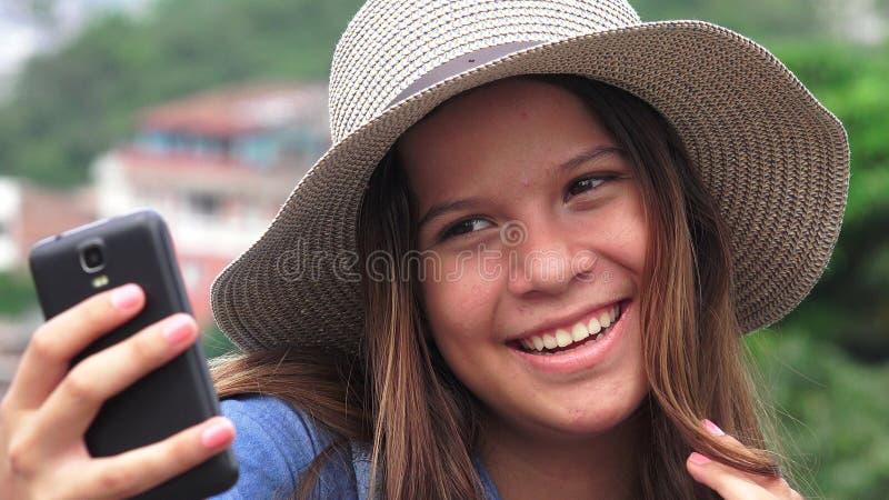 Λατρευτό κορίτσι εφήβων που κάνει Selfies στοκ εικόνα με δικαίωμα ελεύθερης χρήσης