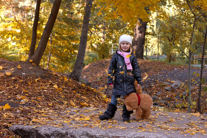 Λατρευτό κορίτσι με τη teddy αρκούδα στοκ φωτογραφία
