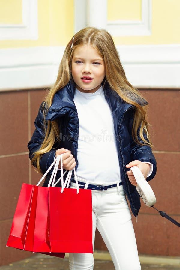 Λατρευτό κορίτσι με τις τσάντες αγορών στοκ φωτογραφίες