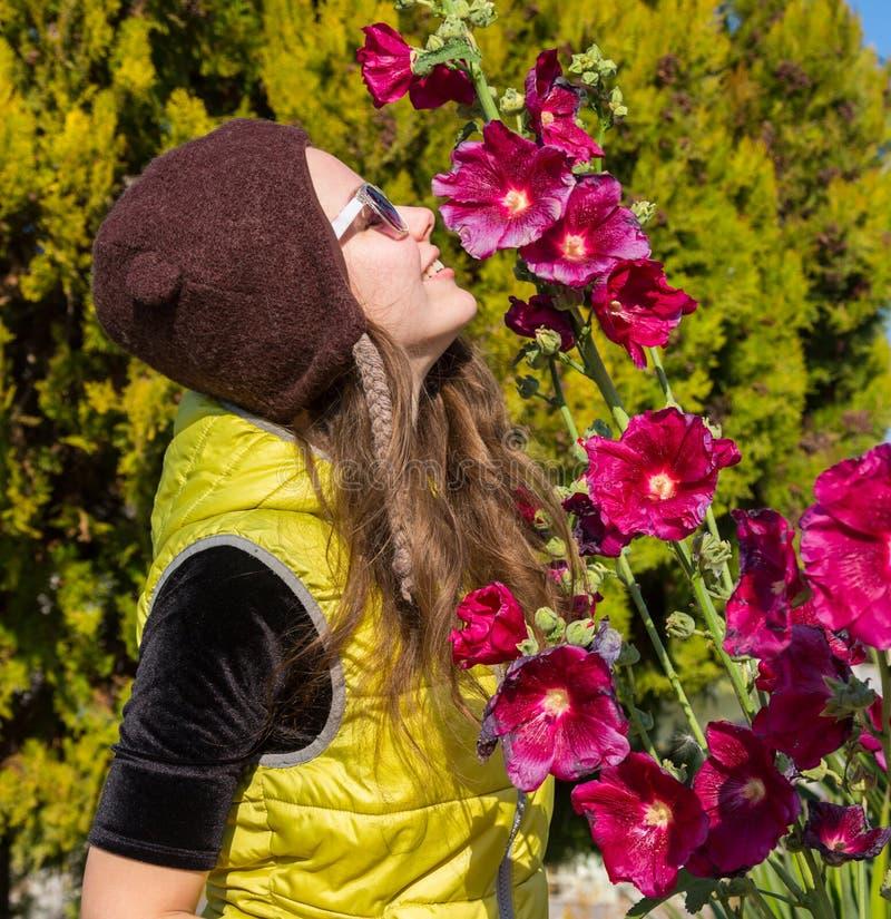 Λατρευτό κορίτσι που ρουθουνίζει τα πορφυρά λουλούδια Γυναίκες και λουλούδια, καλοκαίρι, φύση και διασκέδαση οικογενειακό καλές δ στοκ φωτογραφίες με δικαίωμα ελεύθερης χρήσης