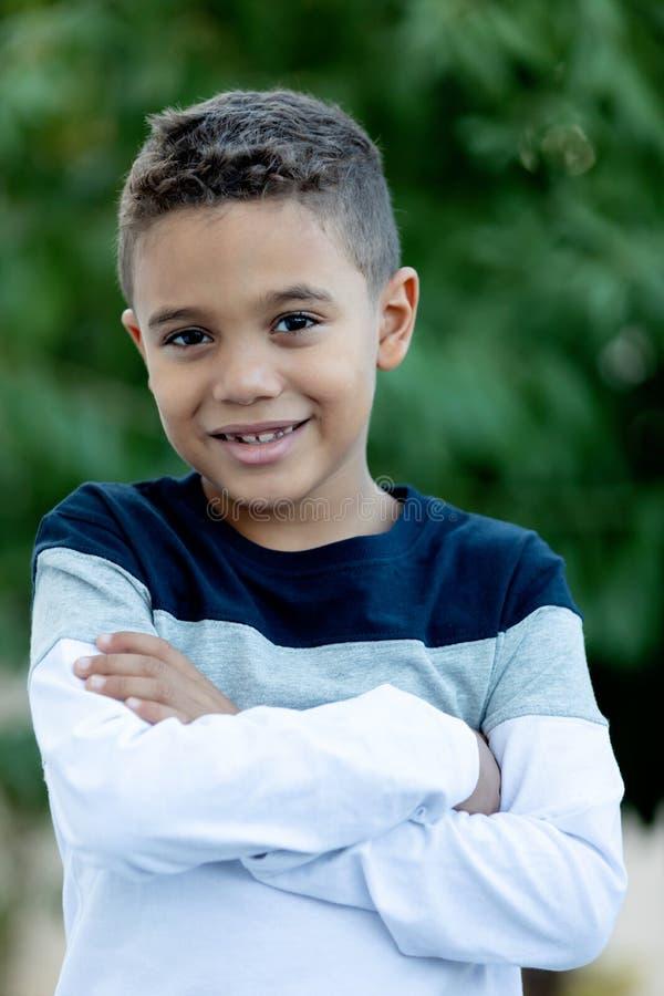 Λατρευτό λατινικό παιδί στον κήπο στοκ φωτογραφίες