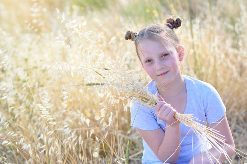 Λατρευτό μικρό κορίτσι πορτρέτου, ηλικία 9-10 στον κίτρινο τομέα φθινοπώρου στοκ εικόνα με δικαίωμα ελεύθερης χρήσης