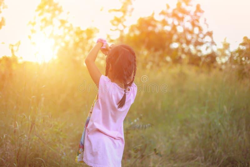 Λατρευτό μικρό κορίτσι που γελά σε ένα λιβάδι στοκ φωτογραφίες