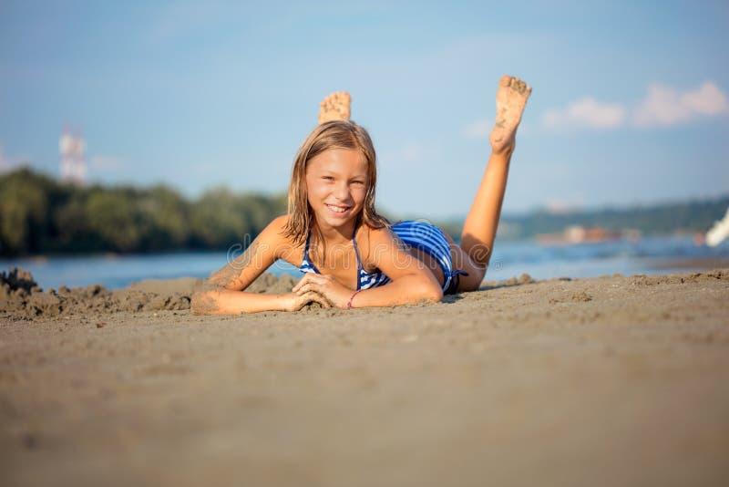 Λατρευτό μικρό κορίτσι στην παραλία κατά τη διάρκεια των θερινών διακοπών στοκ εικόνα