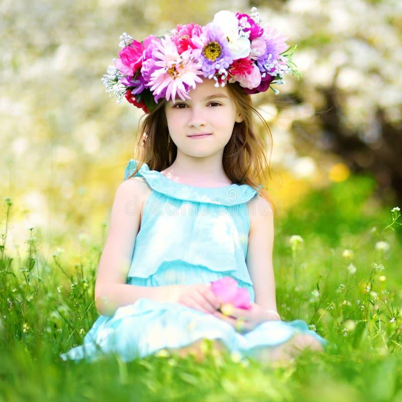Λατρευτό μικρό κορίτσι στον ανθίζοντας κήπο κερασιών στοκ φωτογραφία