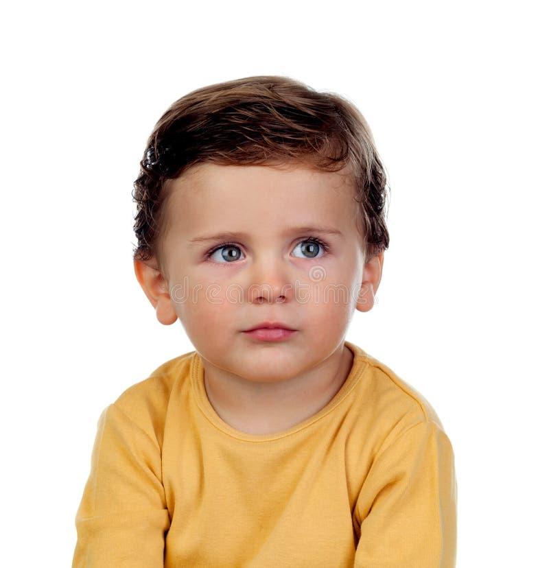Λατρευτό μικρό παιδί δύο χρονών με την κίτρινη μπλούζα στοκ εικόνα