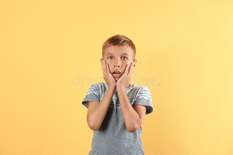 Λατρευτό μικρό παιδί στα περιστασιακά ενδύματα στοκ εικόνες