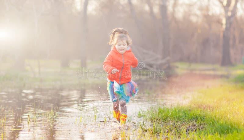 Λατρευτό νερό λακκούβας κοριτσιών καταβρέχοντας στο δάσος στοκ φωτογραφία με δικαίωμα ελεύθερης χρήσης
