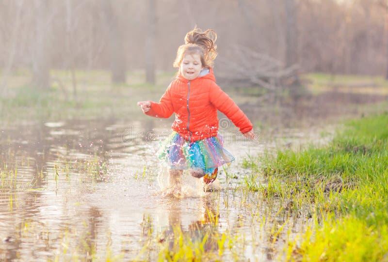Λατρευτό νερό λακκούβας κοριτσιών καταβρέχοντας στο δάσος στοκ φωτογραφίες