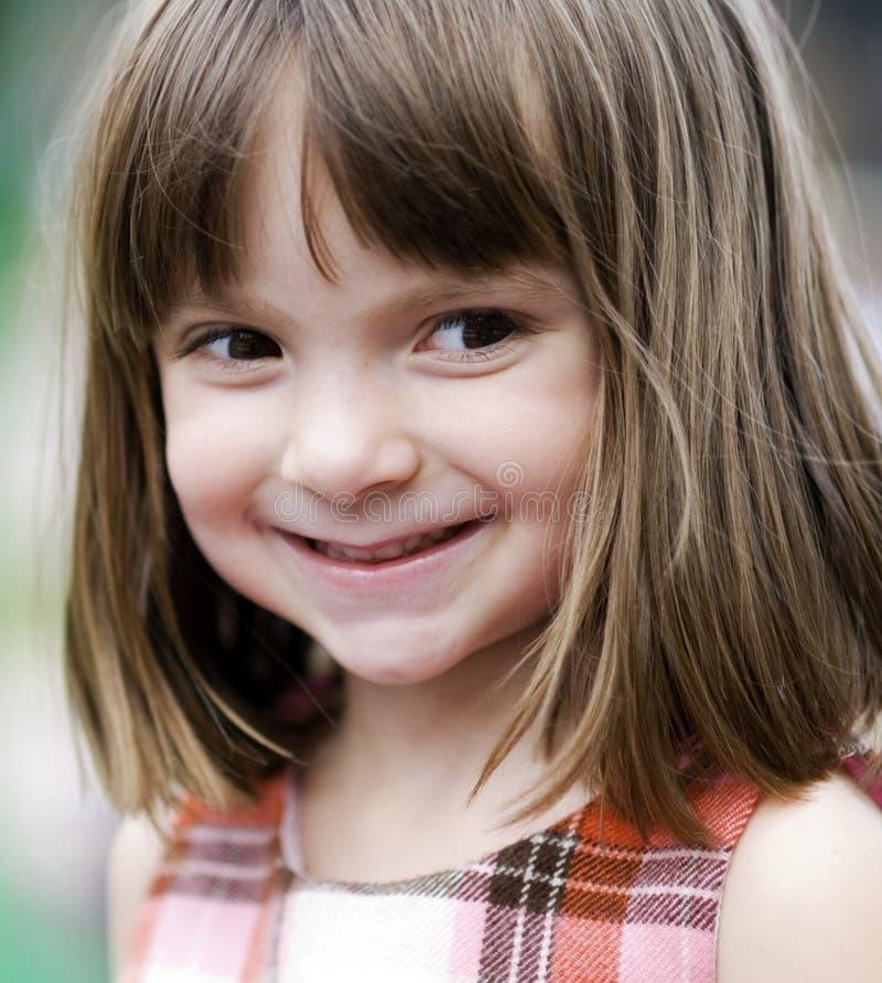 λατρευτό παιδί έξω από τις παίζοντας νεολαίες στοκ εικόνες