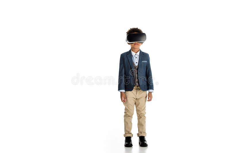 λατρευτό παιδί αφροαμερικάνων που στέκεται με την κάσκα εικονικής πραγματικότητας στοκ εικόνα με δικαίωμα ελεύθερης χρήσης