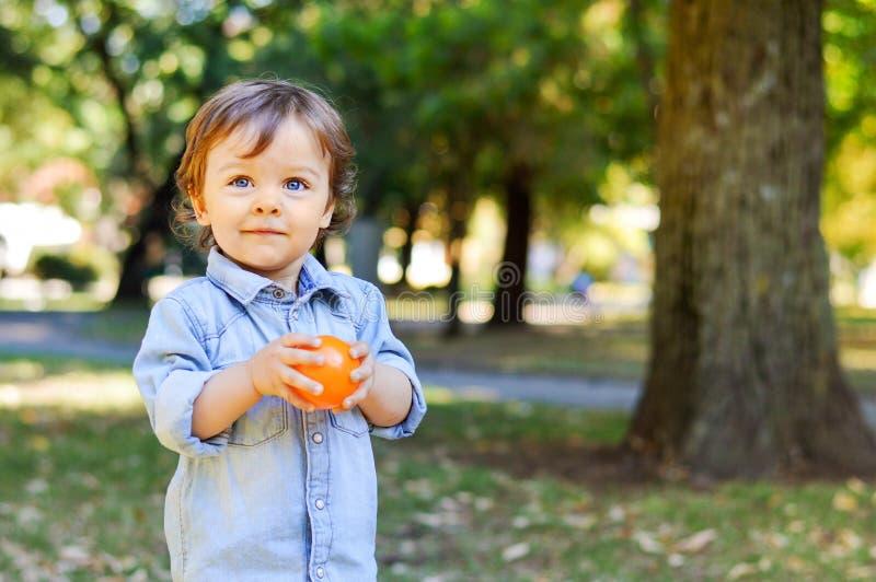 Λατρευτό παιδί ενός έτους βρεφών στο πάρκο στοκ εικόνα