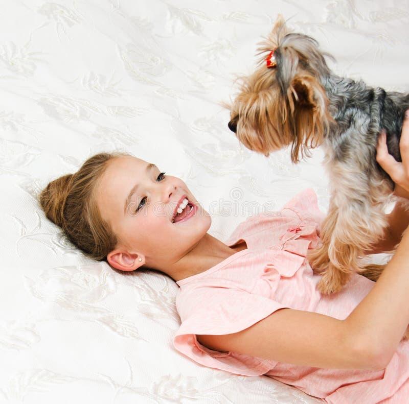 Λατρευτό παιχνίδι παιδιών μικρών κοριτσιών χαμόγελου ευτυχές με το τεριέ του Γιορκσάιρ κουταβιών στοκ φωτογραφίες με δικαίωμα ελεύθερης χρήσης
