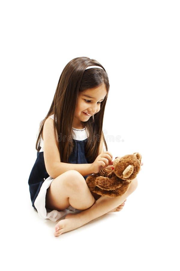 Λατρευτό παιχνίδι μικρών κοριτσιών με την κούκλα στοκ φωτογραφία