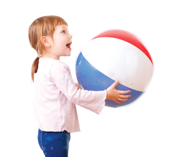 Λατρευτό παιχνίδι μωρών με μια ζωηρόχρωμη σφαίρα παραλιών στοκ φωτογραφία με δικαίωμα ελεύθερης χρήσης