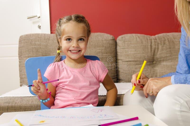 Λατρευτό σχέδιο μικρών κοριτσιών με την αισθητή μάνδρα στοκ φωτογραφίες με δικαίωμα ελεύθερης χρήσης