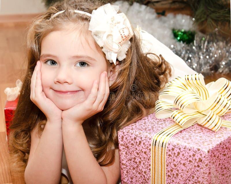 Λατρευτό χαμογελώντας μικρό κορίτσι που βρίσκεται στο πάτωμα στοκ φωτογραφίες με δικαίωμα ελεύθερης χρήσης