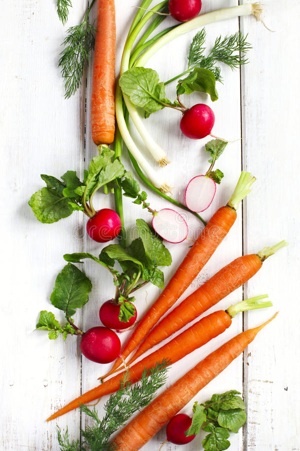 Λαχανικά άνοιξη στο άσπρο ξύλινο υπόβαθρο με το διάστημα αντιγράφων στοκ φωτογραφία με δικαίωμα ελεύθερης χρήσης
