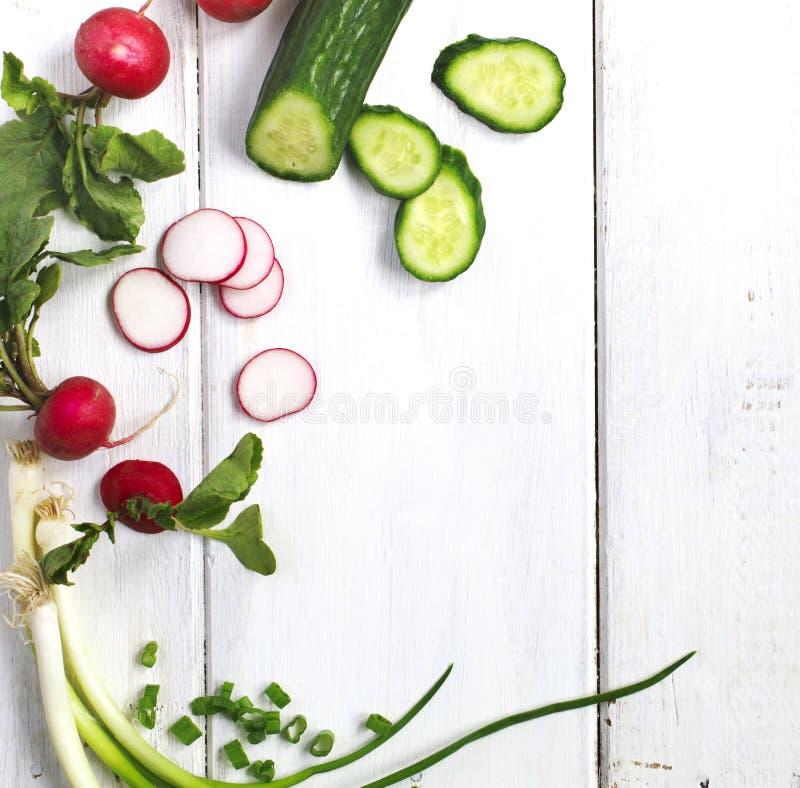 Λαχανικά άνοιξη στο ξύλινο υπόβαθρο με το διάστημα αντιγράφων στοκ εικόνες