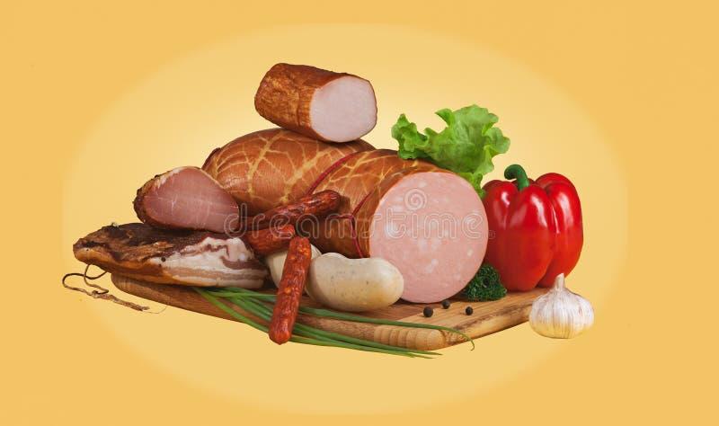 Λαχανικά και λουκάνικα σε έναν ξύλινο πίνακα στοκ φωτογραφία με δικαίωμα ελεύθερης χρήσης