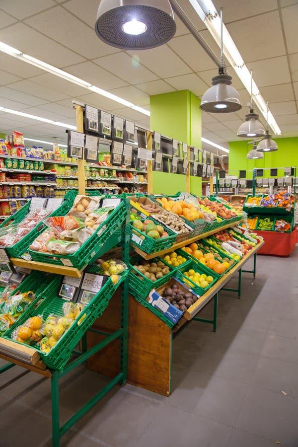 Λαχανικά και φρούτα στα shelfes στην υπεραγορά στοκ εικόνες