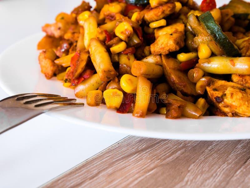 Λαχανικά με το τηγανισμένο κοτόπουλο στο άσπρο πιάτο στοκ εικόνες με δικαίωμα ελεύθερης χρήσης