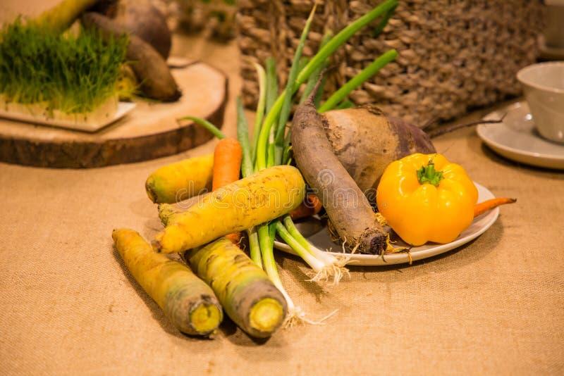 Λαχανικά που εξυπηρετούνται στον πίνακα στοκ εικόνες με δικαίωμα ελεύθερης χρήσης