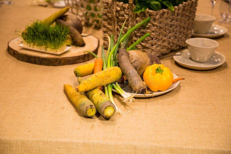 Λαχανικά που εξυπηρετούνται στον πίνακα στοκ φωτογραφία με δικαίωμα ελεύθερης χρήσης
