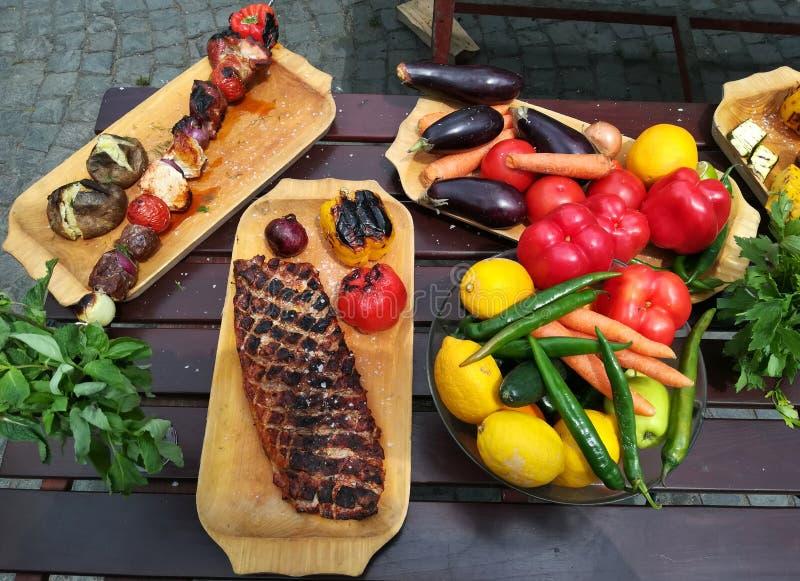 Λαχανικά που ψήνονται στη σχάρα και το κρέας στοκ φωτογραφία
