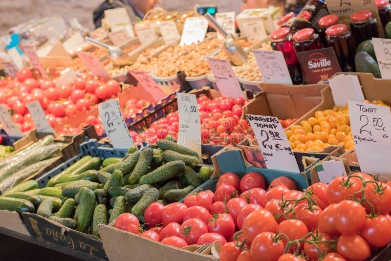 Λαχανικά σε μια έκθεση με τις τιμές στοκ φωτογραφίες
