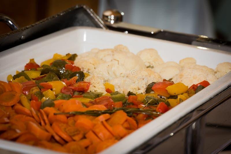 Λαχανικά στη θερμάστρα πιάτων σκαρών στοκ εικόνα με δικαίωμα ελεύθερης χρήσης