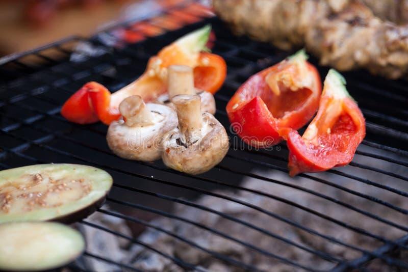 Λαχανικά στη σχάρα Στο πλέγμα η σχάρα είναι τηγανισμένη μελιτζάνα λαχανικών, πιπέρι και mushroomsr στοκ εικόνες
