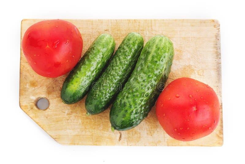 Λαχανικά στον ξύλινο τέμνοντα πίνακα που απομονώνεται στο λευκό στοκ εικόνες με δικαίωμα ελεύθερης χρήσης