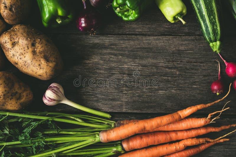Λαχανικά στο ξύλινο υπόβαθρο, σύνθεση πλαισίων στοκ εικόνα με δικαίωμα ελεύθερης χρήσης