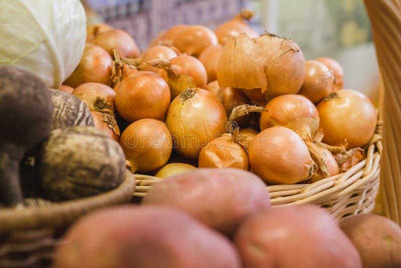 Λαχανικά στο παντοπωλείο υπεραγορών θορίου - κρεμμύδι, πατάτα στοκ εικόνες με δικαίωμα ελεύθερης χρήσης