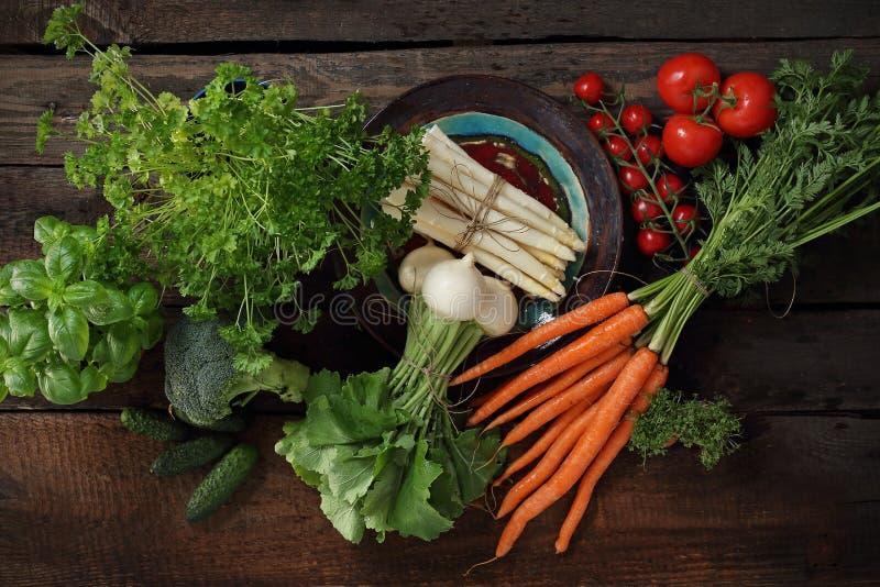 Λαχανικά, σύνθεση των ακατέργαστων λαχανικών σε ένα ξύλινο υπόβαθρο στοκ εικόνες