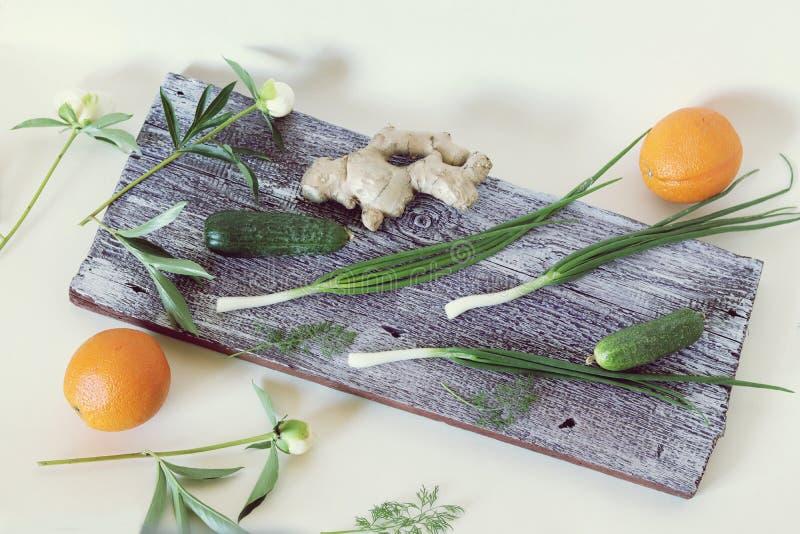 Λαχανικά, φρούτα, πράσινα βότανα στο τραπέζι της κουζίνας, υγιεινό φαγητό, στοκ φωτογραφία