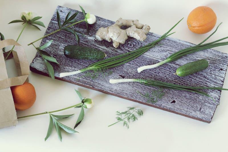 Λαχανικά, φρούτα, πράσινα βότανα στο τραπέζι της κουζίνας, υγιεινό φαγητό, στοκ εικόνες