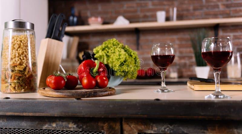 Λαχανικό και γυαλιά στον πίνακα στοκ εικόνες