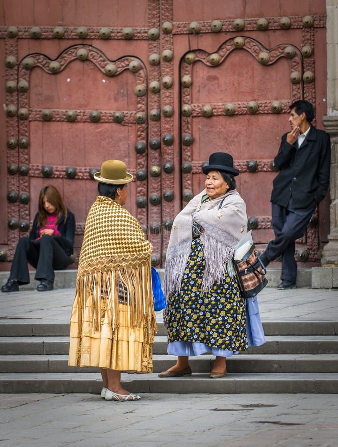 ΛΑ ΠΑΖ, ΒΟΛΙΒΙΑΣ - 10 Ιανουαρίου: Cholitas στην οδό του Λα Παζ στοκ εικόνα με δικαίωμα ελεύθερης χρήσης