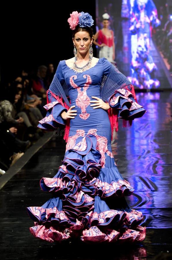 ΛΑ FRONTERA, ΙΣΠΑΝΊΑ JEREZ DE - 9 ΦΕΒΡΟΥΑΡΊΟΥ: Τα πρότυπα περπατούν στο στενό διάδρομο της Carmen Vega κατά τη διάρκεια του Pasare στοκ φωτογραφίες