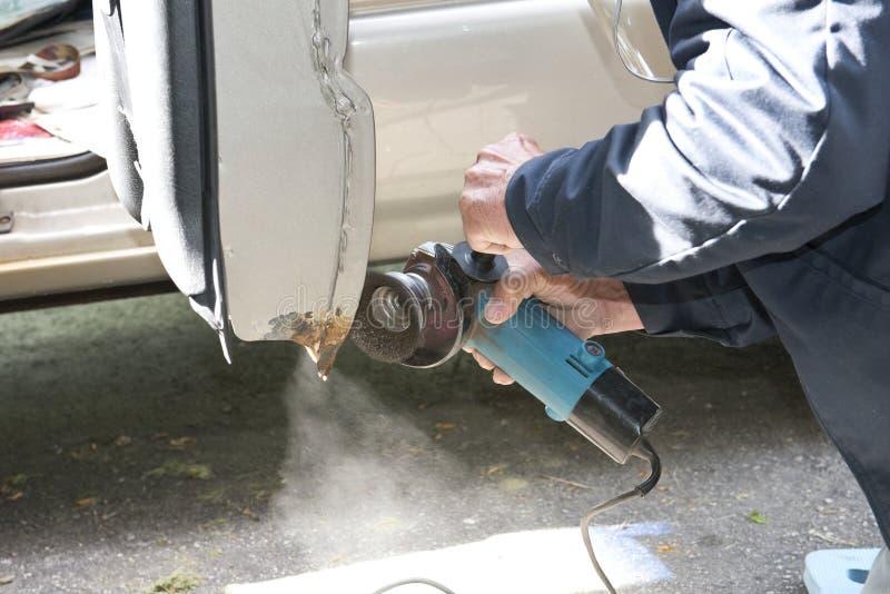 Λείανση επισκευής αυτοκινήτων για να αφαιρέσει τη σκουριά στοκ εικόνες με δικαίωμα ελεύθερης χρήσης