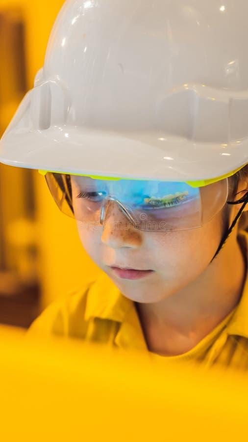 Λειτουργία καταγραφής χειριστών αγοριών της διαδικασίας πετρελαίου και φυσικού αερίου στο πετρέλαιο και εγκαταστάσεις εγκαταστάσε στοκ φωτογραφία