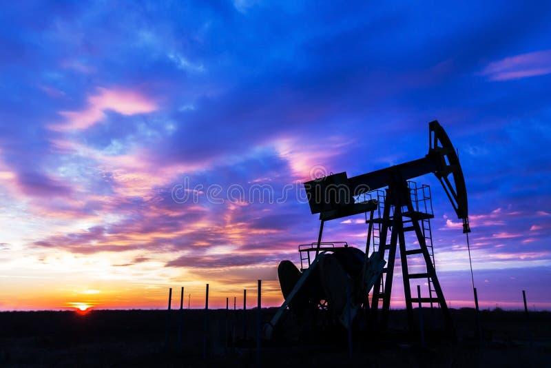 Λειτουργούν πετρέλαιο και φυσικό αέριο καλά και ουρανός ηλιοβασιλέματος στοκ εικόνα